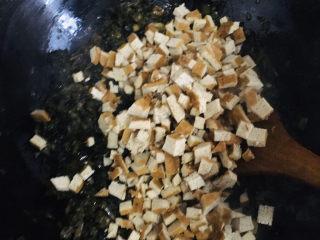 青团,再加入豆干反复搅拌翻炒