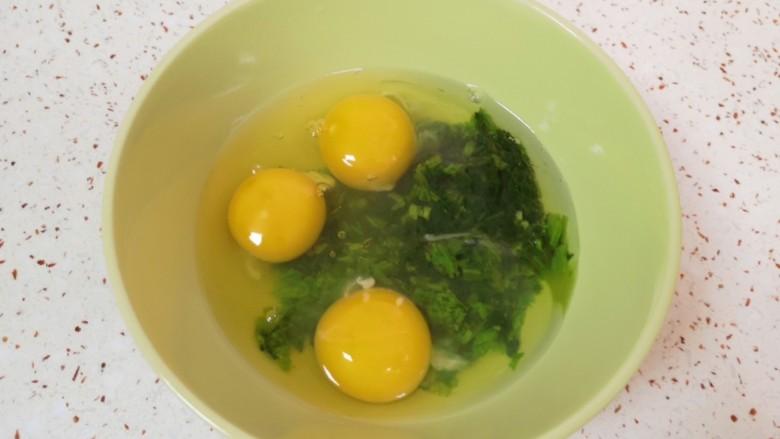 菠菜蛋卷,将菠菜碎末放入碗里,打入3个<a style='color:red;display:inline-block;' href='/shicai/ 9'>鸡蛋</a>。