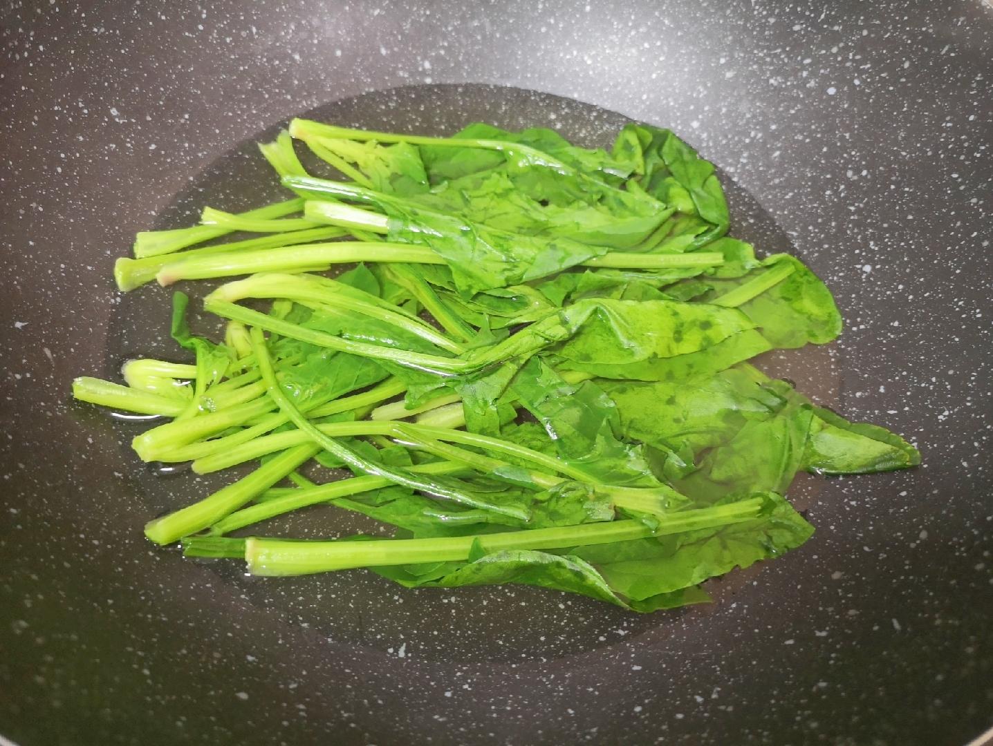 菠菜蛋卷,锅内放水烧开,加入一点盐和食用油,下入菠菜焯水,水开即可。</p> <p>