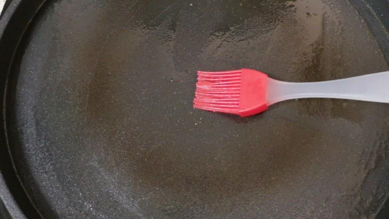 菠菜蛋卷,电饼铛预热,刷上一层食用油。
