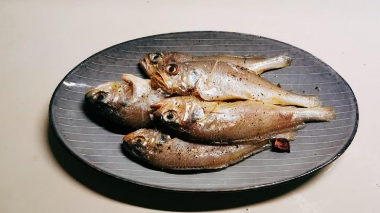 清蒸小黄鱼,放上腌好的鱼