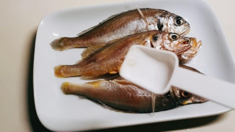 清蒸小黄鱼,小黄鱼中放入盐