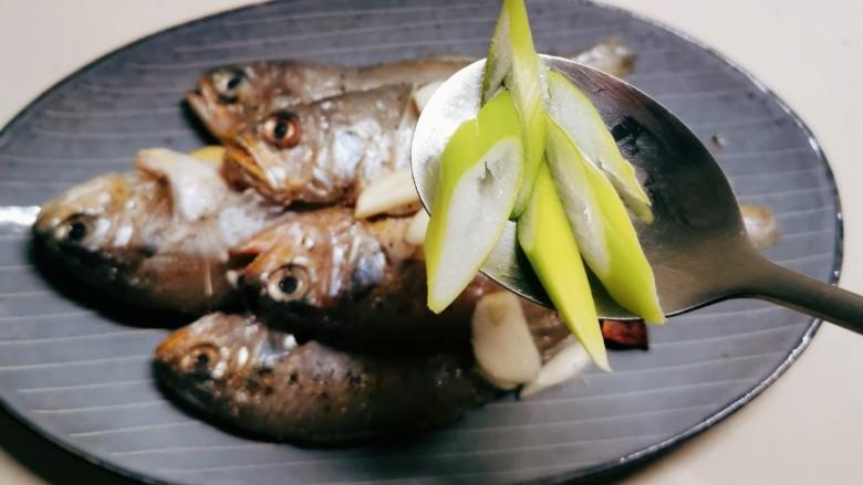 清蒸小黄鱼,放上葱片