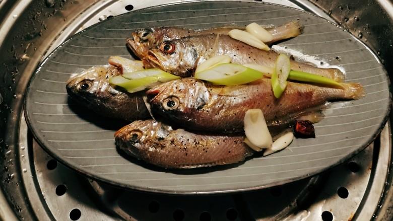 清蒸小黄鱼,放入蒸锅 水烧开后蒸制6分钟