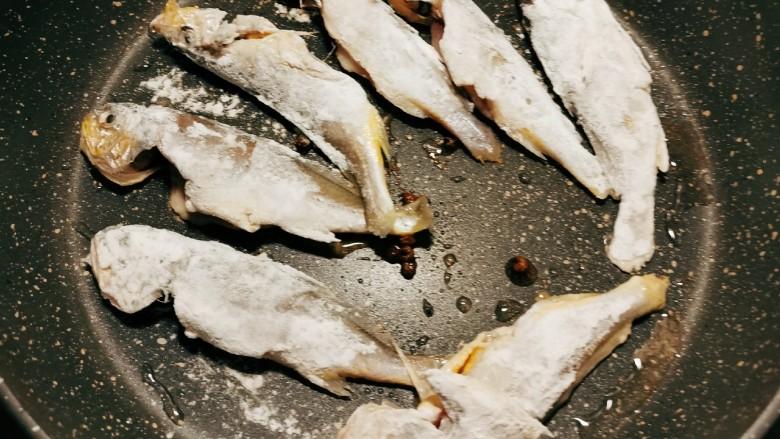 红烧小黄鱼,放入小黄鱼煎制