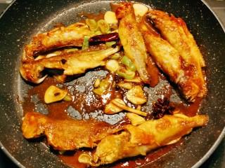 红烧小黄鱼,翻个面继续烧制成熟 收汁关火