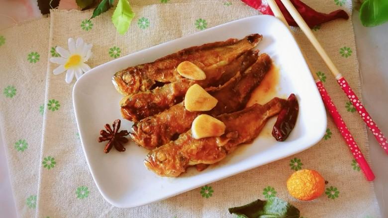 红烧小黄鱼,出锅装盘