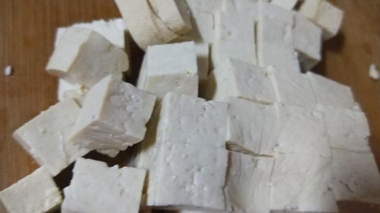 韭菜炒豆腐,切成小块。