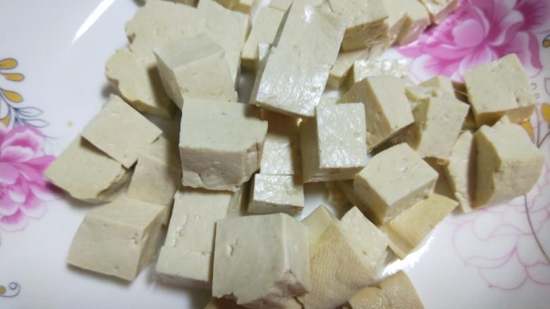 韭菜炒豆腐,装入盘中。