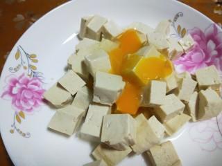 韭菜炒豆腐,直接倒入豆腐中。