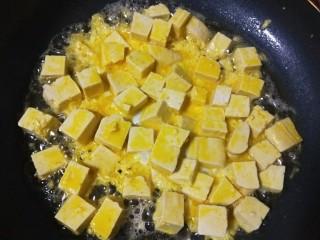 韭菜炒豆腐,倒入豆腐。