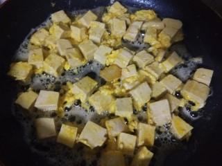 韭菜炒豆腐,慢慢煎制。