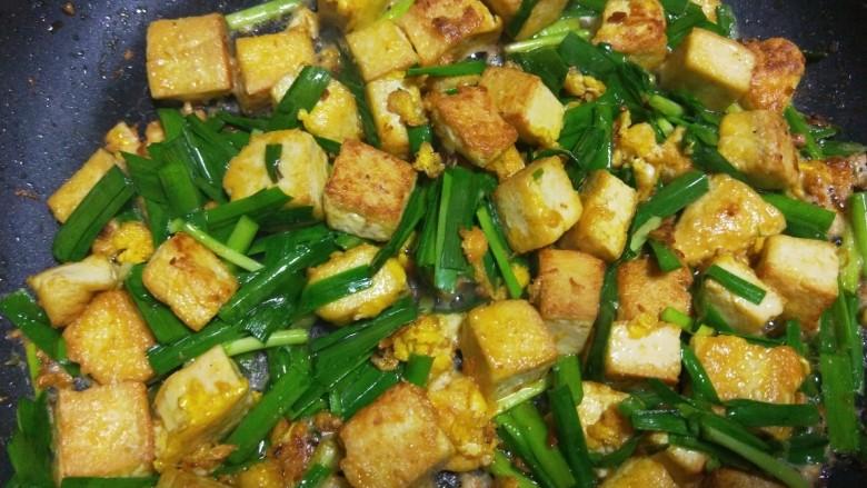 韭菜炒豆腐,翻炒均匀即可。