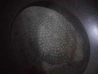 菠菜豆腐汤,锅中倒入适量水烧开。