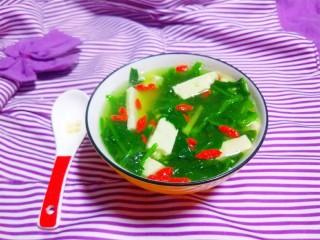 菠菜豆腐汤,倒几滴芝麻油。