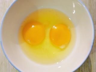 鸡蛋炒韭菜,鸡蛋打入碗里备用