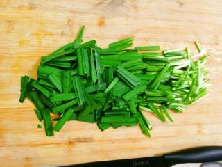 鸡蛋炒韭菜,用刀切段备用