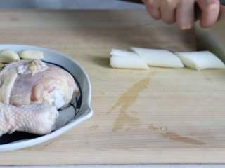 盐焗手撕鸡,将葱切段