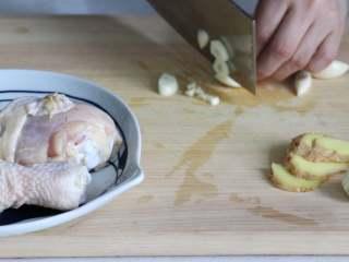 盐焗手撕鸡,蒜剁碎