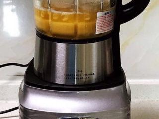 清炒芥菜,把剩下的豌豆和汤汁放入料理机打碎,做成豌豆汁