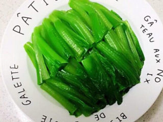 清炒芥菜,把芥菜茎放入叶子上面备用