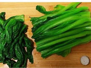清炒芥菜,把炒好的芥菜的叶子切下来,放入盘子里
