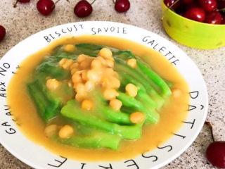清炒芥菜,把豌豆汁浇在芥菜上面即可~