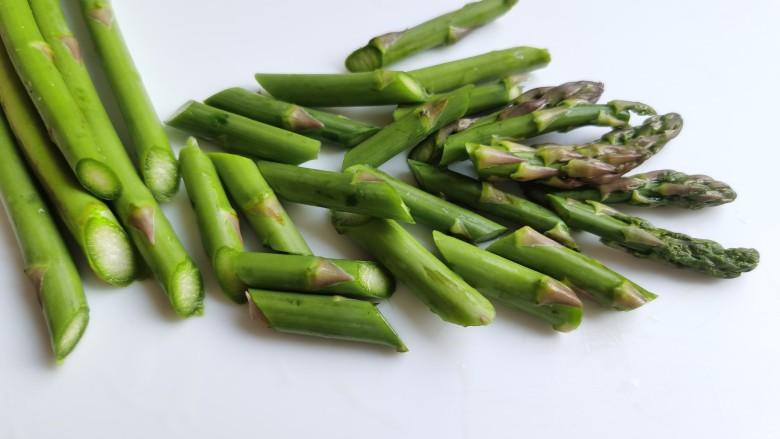 芦笋紫菜汤,<a style='color:red;display:inline-block;' href='/shicai/ 122'>芦笋</a>去掉根部较老的部分,切成段状或者切成小丁都可以。