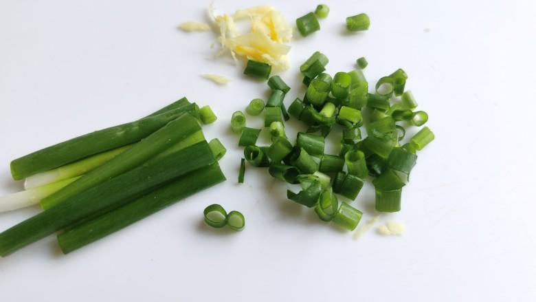 芦笋紫菜汤,小葱切成葱花,生姜切成姜末。