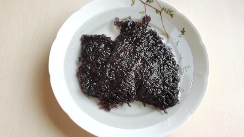 芦笋紫菜汤,<a style='color:red;display:inline-block;' href='/shicai/ 273'>紫菜</a>用水泡开,为防止有细小沙粒,可放入漏勺中用水冲洗一下。