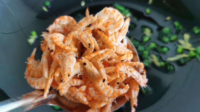 芦笋紫菜汤,放入虾皮炒出香味,虾皮要过油炒一下,才会没有腥味也更香。。