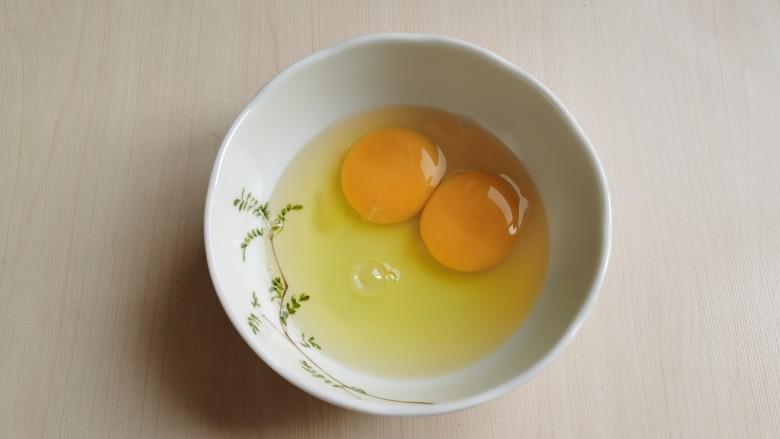 芦笋紫菜汤,<a style='color:red;display:inline-block;' href='/shicai/ 9'>鸡蛋</a>打入碗中,用筷子搅散。