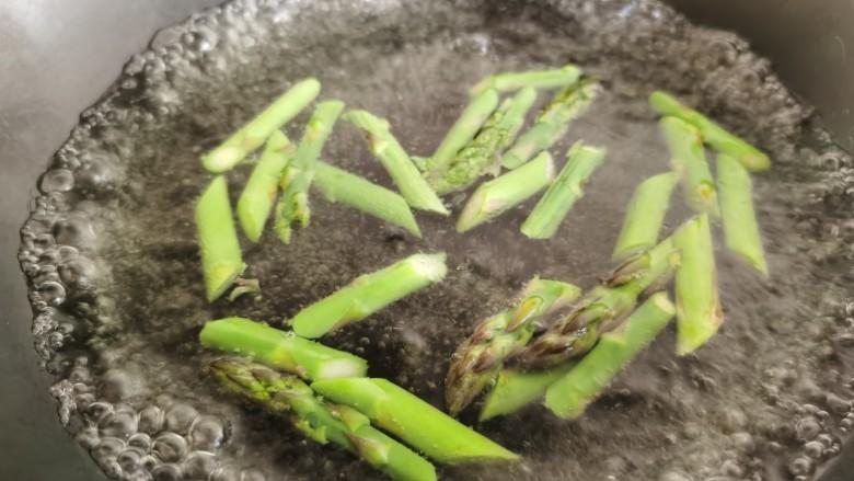 芦笋紫菜汤,锅里放水烧开,加入少许的食盐,然后放入芦笋焯水,这样焯出的芦笋会更加的翠绿。