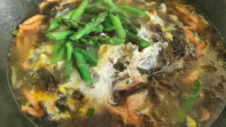 芦笋紫菜汤,最后加入焯好水的芦笋,煮开后即可关火。