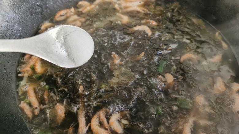 芦笋紫菜汤,紫菜做汤自带鲜味,所以不需要太多的调料,只需要加少许的食盐和少许的胡椒粉即可。