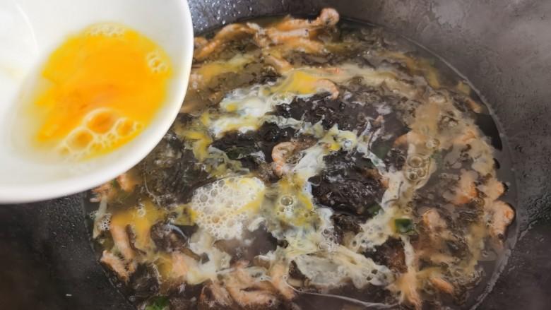 芦笋紫菜汤,紫菜汤烧开后,将蛋液一点点的倒入锅里形成蛋花。
