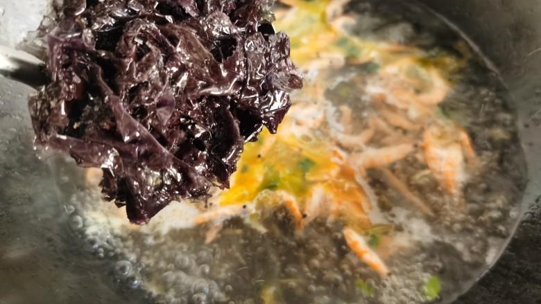 芦笋紫菜汤,放入清洗好的紫菜烧开。