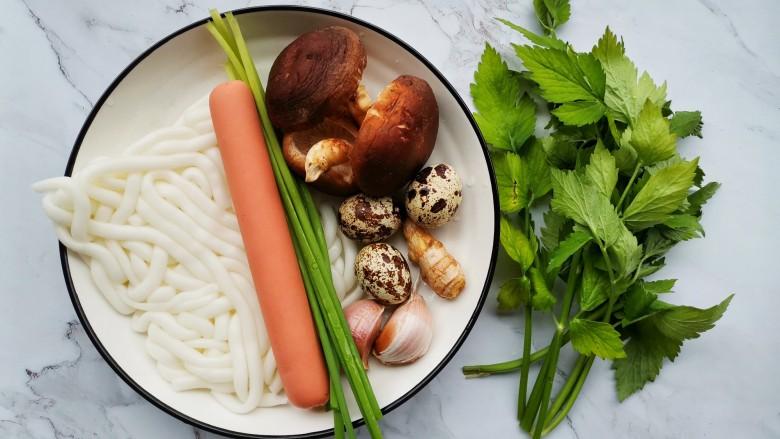 好吃到飞起的砂锅土豆粉,准备好所有食材。