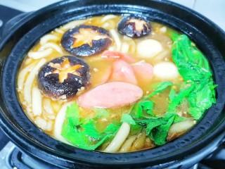 好吃到飞起的砂锅土豆粉,加入火腿,鹌鹑蛋,最后加入青菜。