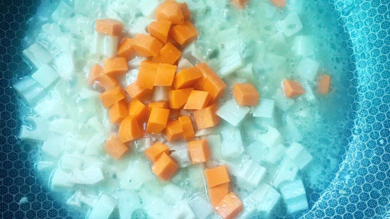 莲藕鸡丁,加入胡萝卜粒焖熟