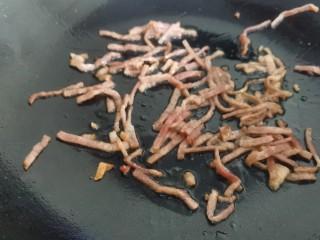 茼蒿炒鸡蛋,炒锅放油,放入培根煸炒出油,把培根特有的香味炒出来。