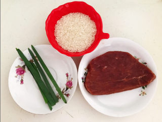 生滚牛肉粥,注备食材:五常大米,牛里脊,香葱