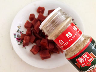 生滚牛肉粥,加入白胡椒粉2克
