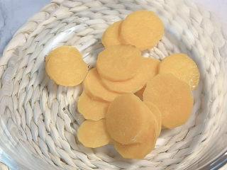 芋圆水果捞,准备一个盆,分别把不用颜色的番薯压烂,加木薯粉揉面。