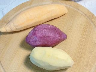 芋圆水果捞,三个颜色的番薯各准备一个,做出来颜色很好看呢。