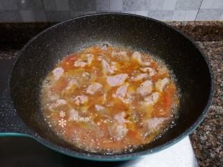酸湯牛肉,一片一片放入牛肉后再煮開。