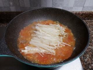 酸湯牛肉,放入金針菇煮2分鐘。