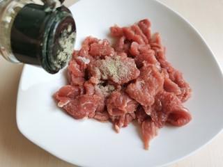 生滚牛肉粥,加入少许白胡椒粉。
