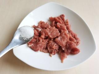 生滚牛肉粥,切好的牛肉片最好提前腌制一段时间,让肉片入味去腥。牛肉片里加入少许的食盐。