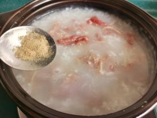 生滚牛肉粥,根据口味再加入适量的盐和白胡椒粉。